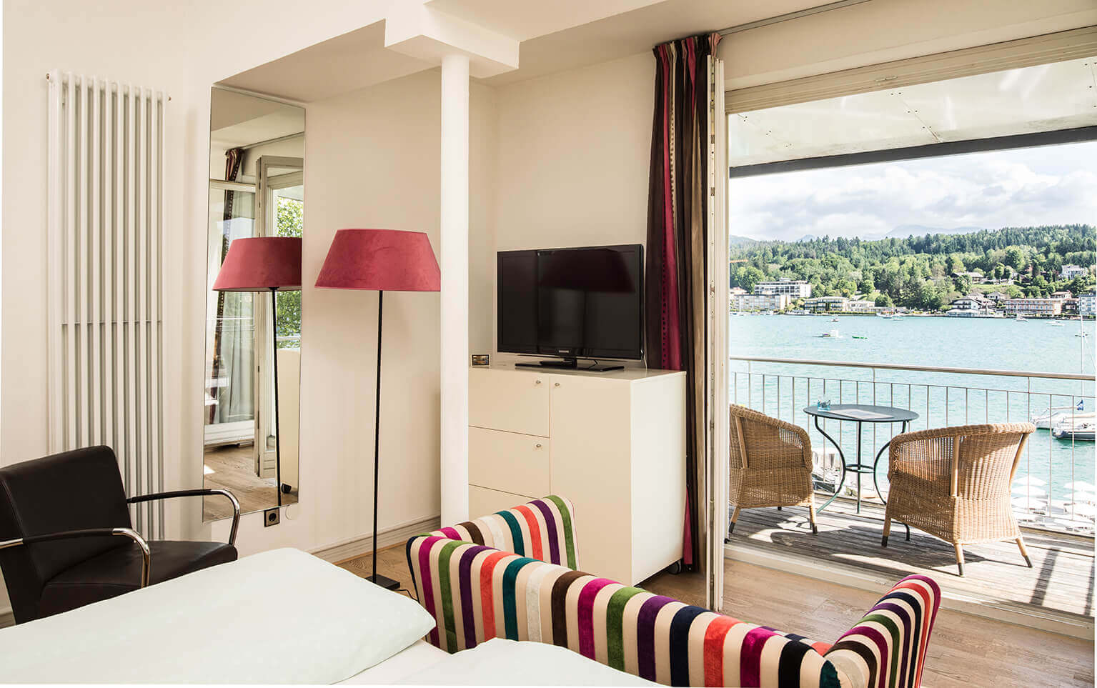 LARGE DOUBLE ROOM LAKE VIEW