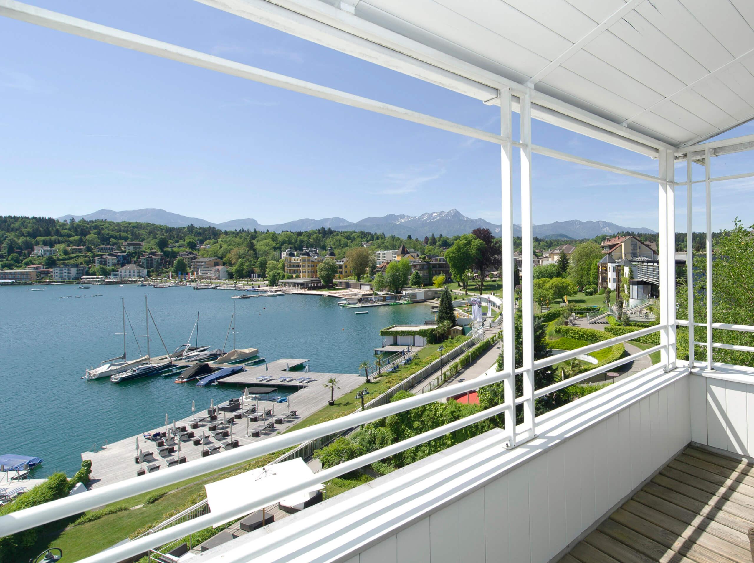 Balkon weiss Seeblick hell engl